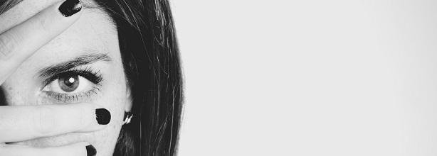 beautiful-woman-black-and-white-brunette-1669165